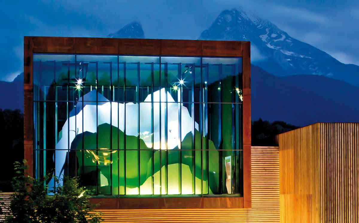 Frontansicht Haus der Berge Berchtesgaden mit Watzmann im Hintergrund