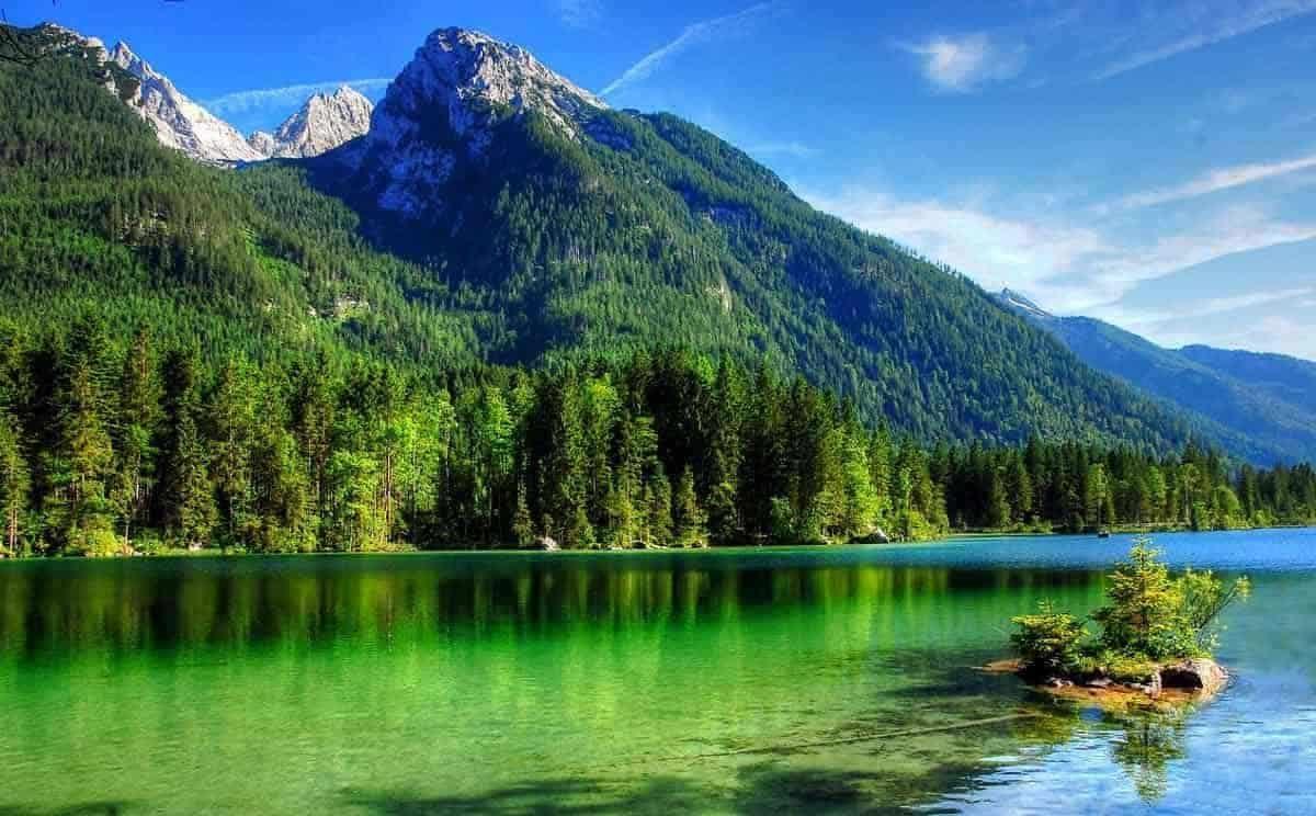 Blick über den kristallklaren Hintersee in der Ramsau bei Berchtesgaden